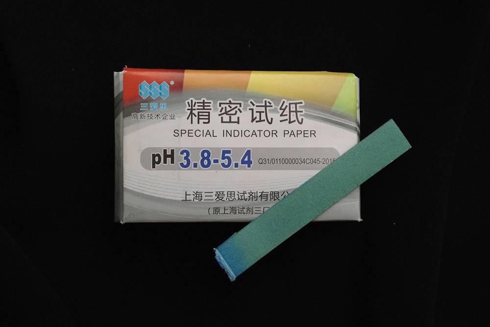 Лакмусовые бумажки меняют свой цвет в зависимости от кислотности среды, в которую попадают. Более точный результат дают тест-полоски с малым шагом. Однако и с ними придется ориентироваться на оттенки цвета, что не слишком удобно