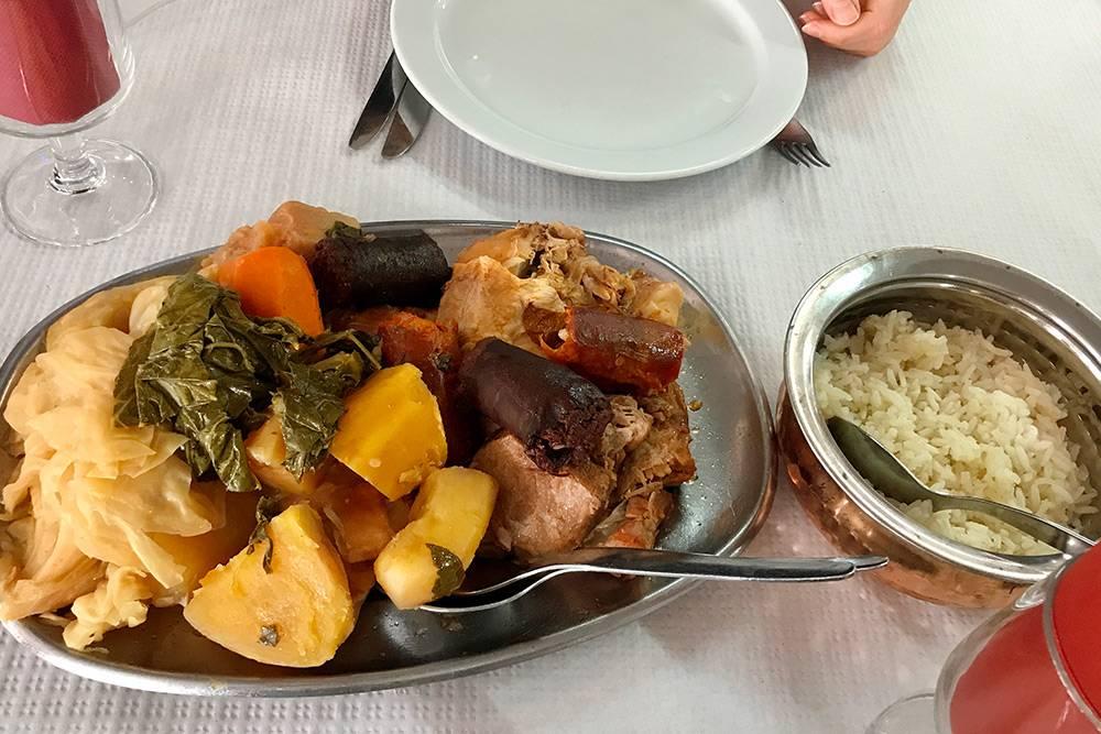 На вкус козидо — обычное запеченное мясо с овощами. В любой национальной кухне есть похожее блюдо. Его интересно попробовать именно из-за способа приготовления