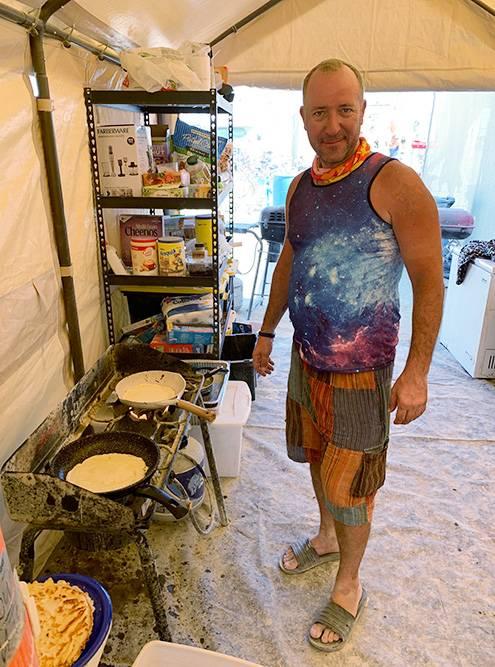Неутомимый Эд готовит блинчики на завтрак длявсего лагеря