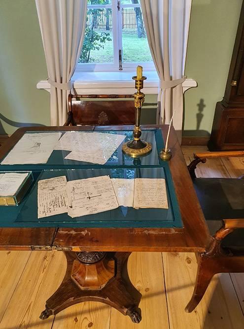 На столах подстеклом лежат записки поэта, рисунки, письма к родным