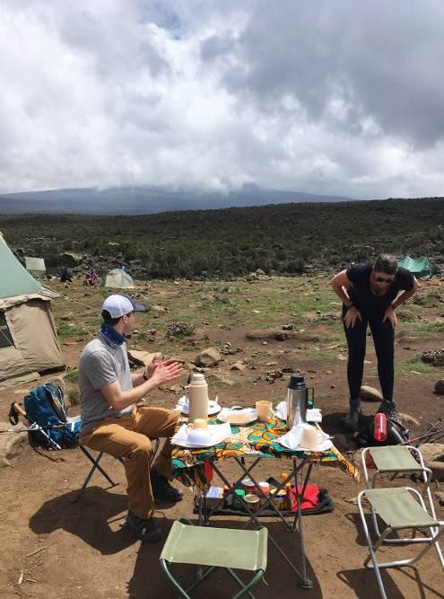 В своих рюкзаках и баулах портеры несут всю основную экипировку: еду, палатки, раскладные стулья и столовые приборы