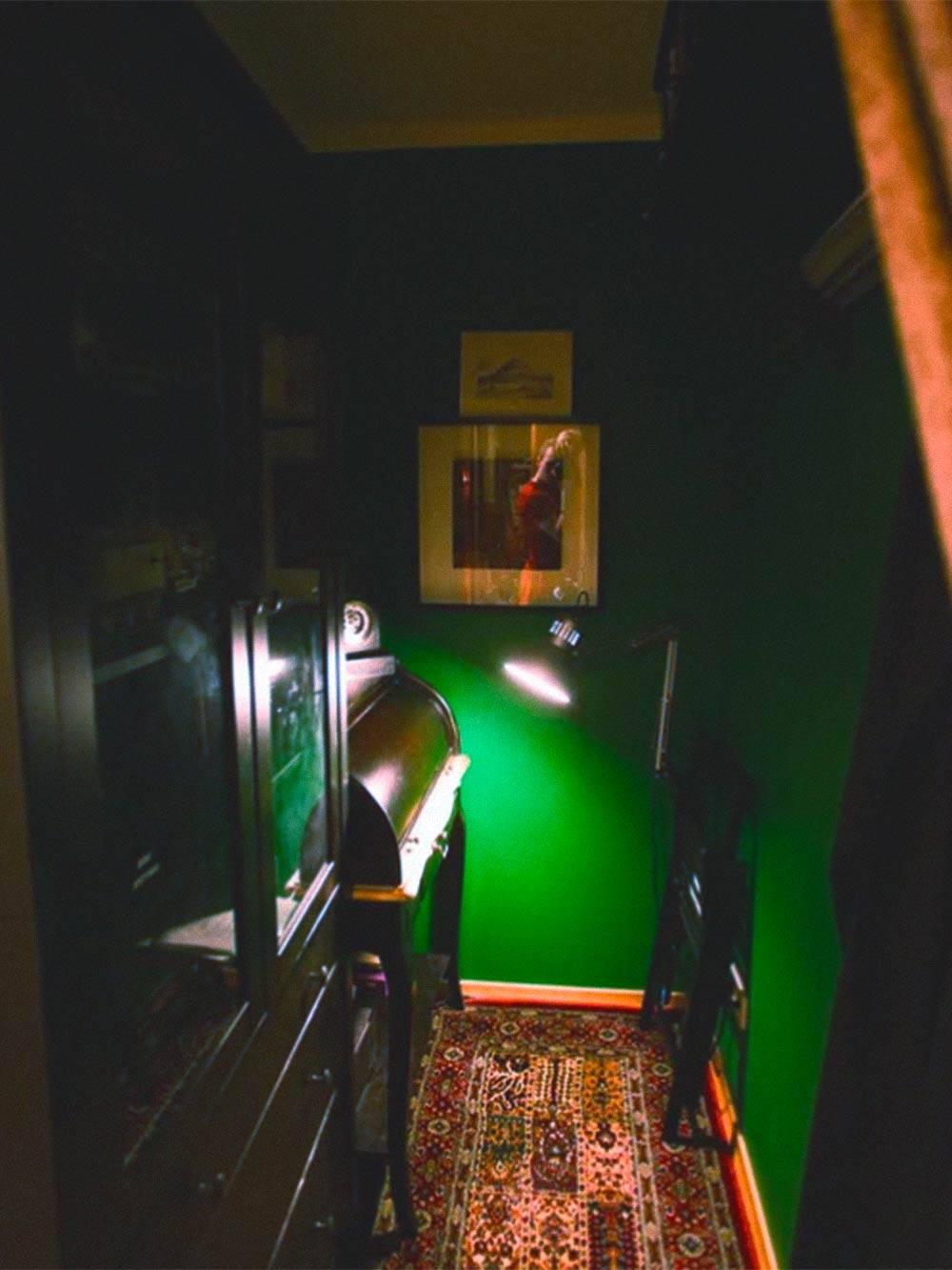 Добавленный в ходе перепланировки кабинет. Пока мы еще жили с бабушкой, здесь была спальня ребенка. Так удавалось хоть как-то отселить его на время сна из единственной доступной нам комнаты