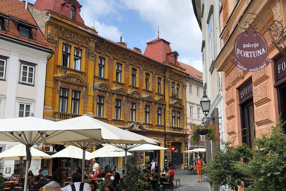 Архитектура в старой части города напоминает пражскую. Другие постройки — в духе имперскойВены