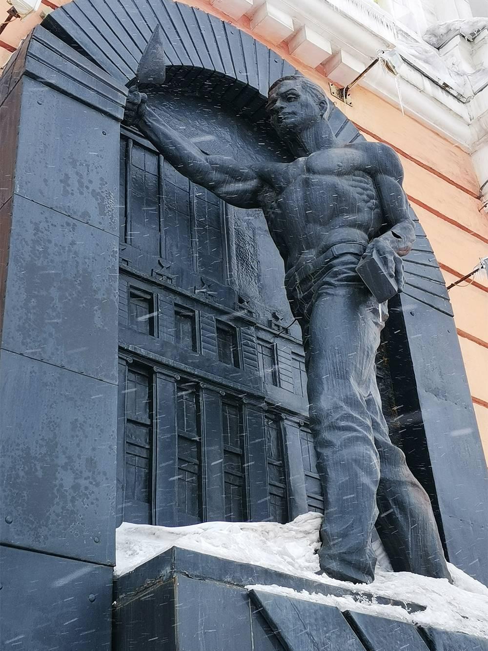 За углом кинотеатра «Родина» установлен памятник строителям Норильска. Он символизирует переход от барачного поселка к современному каменному городу