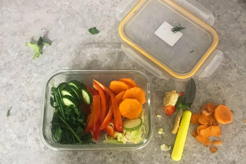 Февральский набор овощей дляКрынки на пять-семь дней. Пополовине крупной морковки, красного перца иогурца, лист капусты, половина упаковки петрушки иукропа. Летом добавляю кабачок исвежую траву, которую собираю влесопарках