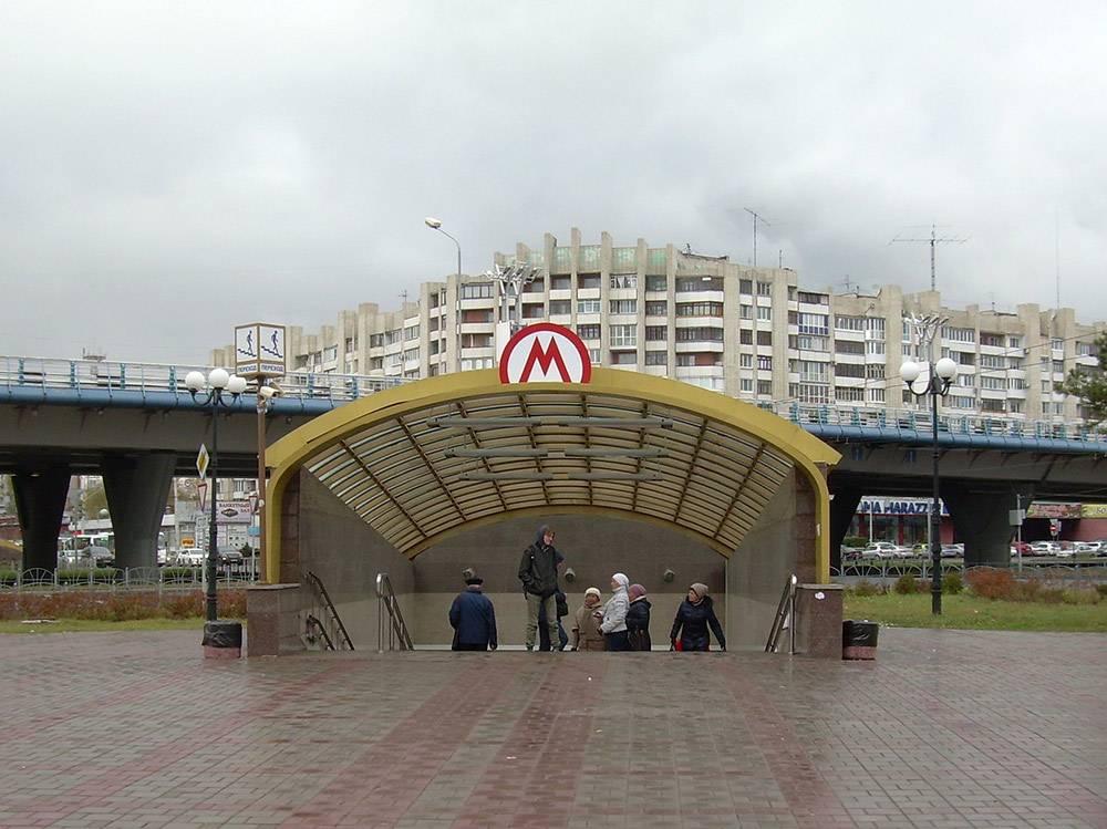 Это единственная в городе станция метро. На заднем плане метромост. Метро по нему уже не пойдет