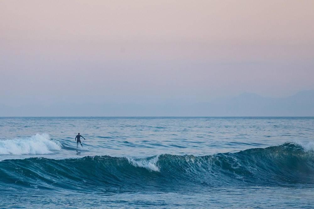 Профессиональные серферы рассказывают, что волны на море нельзя сравнивать с океанскими. Ониразличаются по тому, как формируется волна и пена, по силе ветра и другим факторам