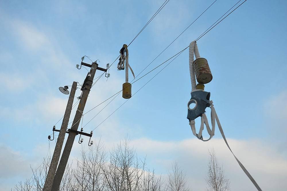 Старая электрическая сеть: поопорам идет несколько проводов, закрепленных нафарфоровые изоляторы. Упавшее дерево можно оборвать любой провод илинесколько. Источник: Poliorketes/Shutterstock
