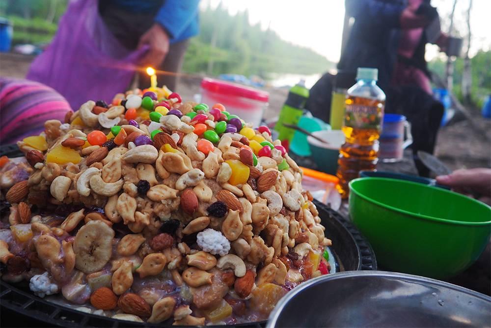 Торт в походе — целое событие. Приприготовлении соблюдали строгую конспирацию в палатке