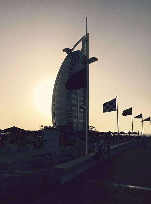 Семизвездочный отель «Бурдж-аль-Араб». Наверху расположен знаменитый на весь мир теннисный корт