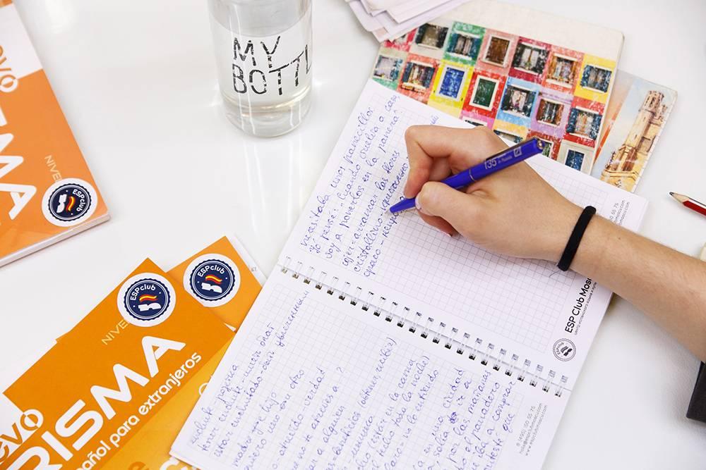 Оранжевые книги - это учебники Nuevo Prisma, покоторым мы занимаемся. Тетради длязаписи мы дарим каждому ученику группы
