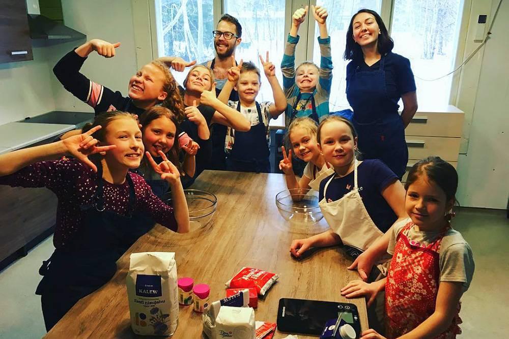 Волонтеры с детьми в молодежном центре города Табасалу. Анастасия Омарова, которая участвовала в проекте в 2017году, перед Рождеством приглашала друзей-волонтеров в центр, чтобы провести какое-нибудь занятие, игру или презентацию. На фото — ее друг Ричи из Венгрии. Он организовал кулинарный мастер-класс: вместе с детьми они готовили шоколадные конфеты с вишней