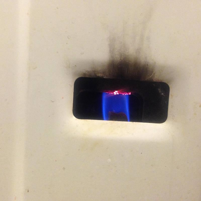 На снимке — пламя газовой колонки. Чтобы ее зажечь, нужно повернуть специальную рукоятку и поднести к этому отверстию зажженную спичку. Силу горения регулируют припомощи рукоятки — если перестараться, из крана потечет кипяток