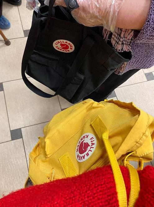 Закорешились с бабушкой в очереди. Обсудили с ней удобство рюкзаков «Канкен» — пришли к выводу, что цена себя вполне оправдывает