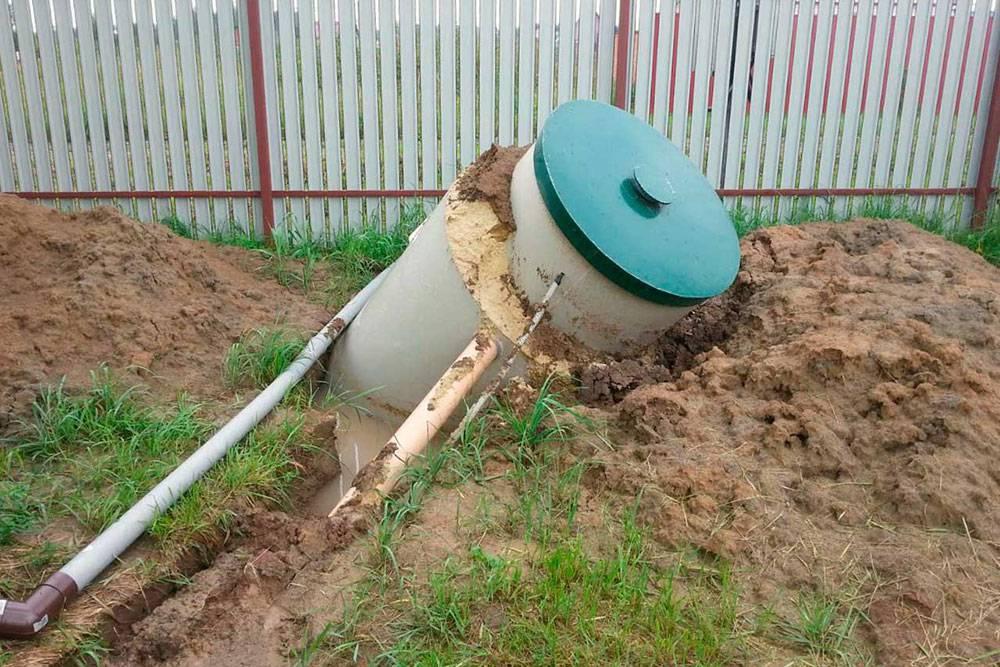 Септик «всплыл» поддействием грунтовых вод. Во избежание затопления участка на нем обычно организуют систему дренажа, которая позволяет отвести излишки воды и защитить септик от всплытия. Источник: «Септик северо-запад»