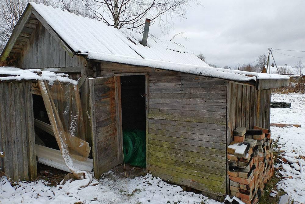 Это дровяной сарай, который пристроен к бане. Он большой, поэтому хватает места, чтобы хранить и дрова, и колеса от машины