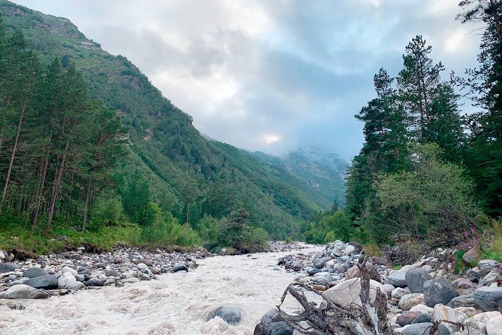 Шумная река Баксан спускается с гор и течет вдоль всего поселка. Панорамы, которые раньше можно было увидеть только на фото, здесь оживают