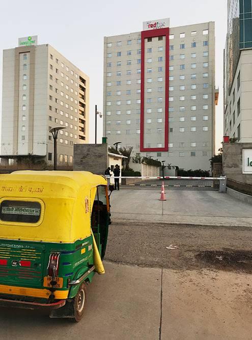 Наш отель — посередине