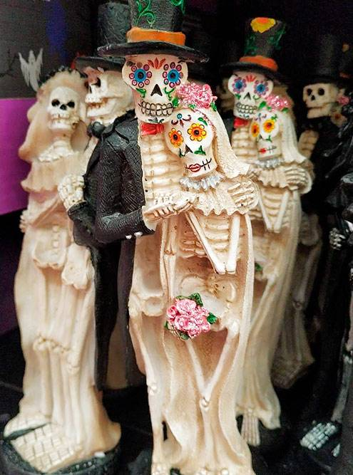 Праздничные фигурки из супермаркета ко Дню мертвых