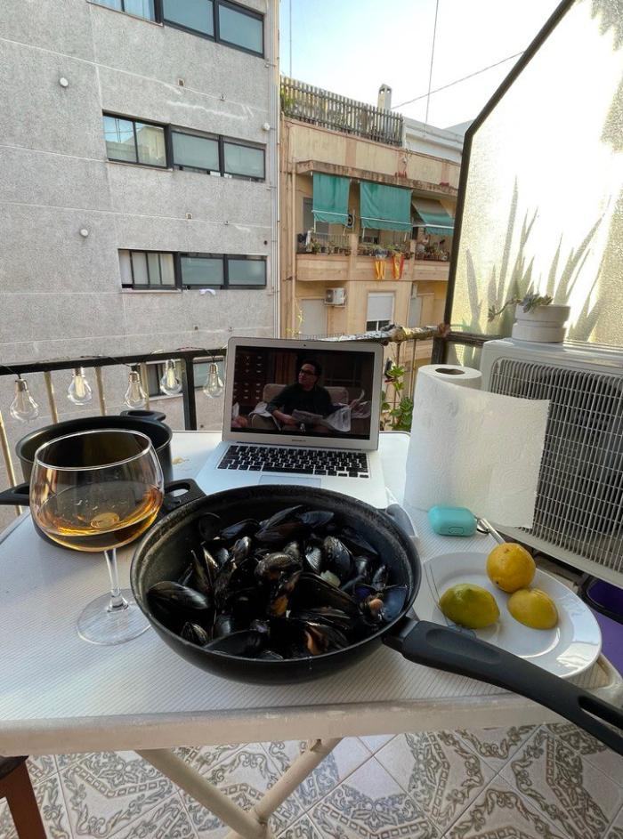 Пока что мой традиционный ужин выглядит так: балкон, много мидий, безалкогольное пиво и сериал