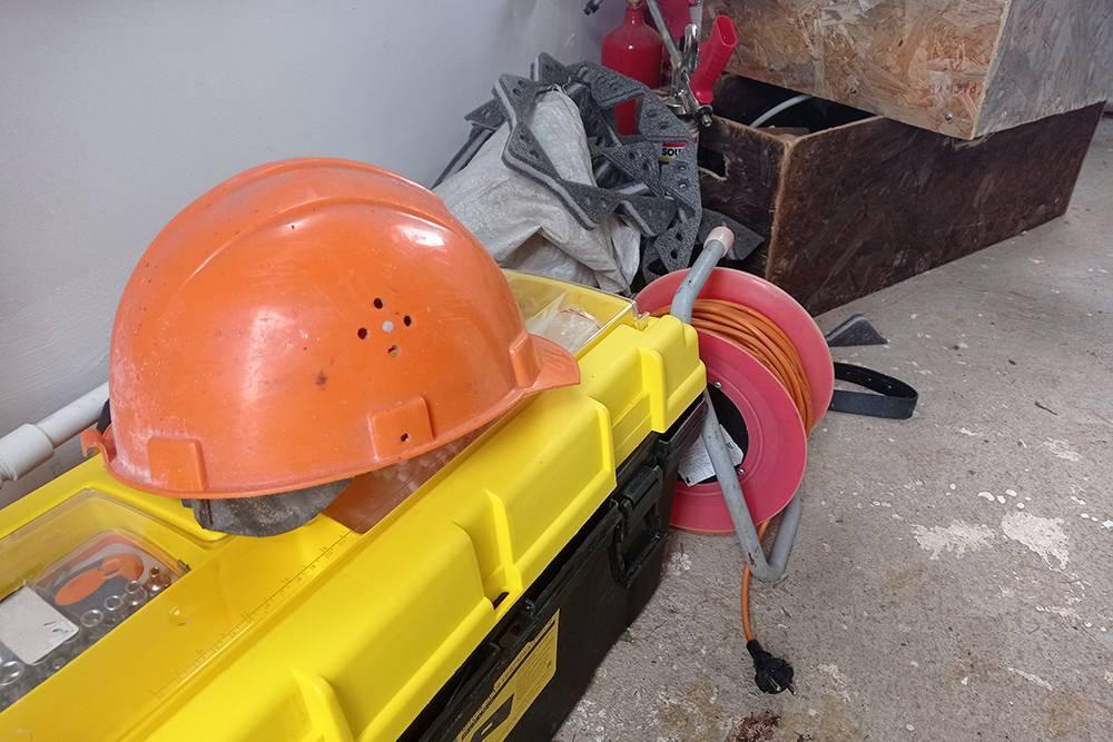 Эту каску я нашел в гараже, когда наводил там порядок: не знаю, откуда она взялась, но после покупки дома пригодилась