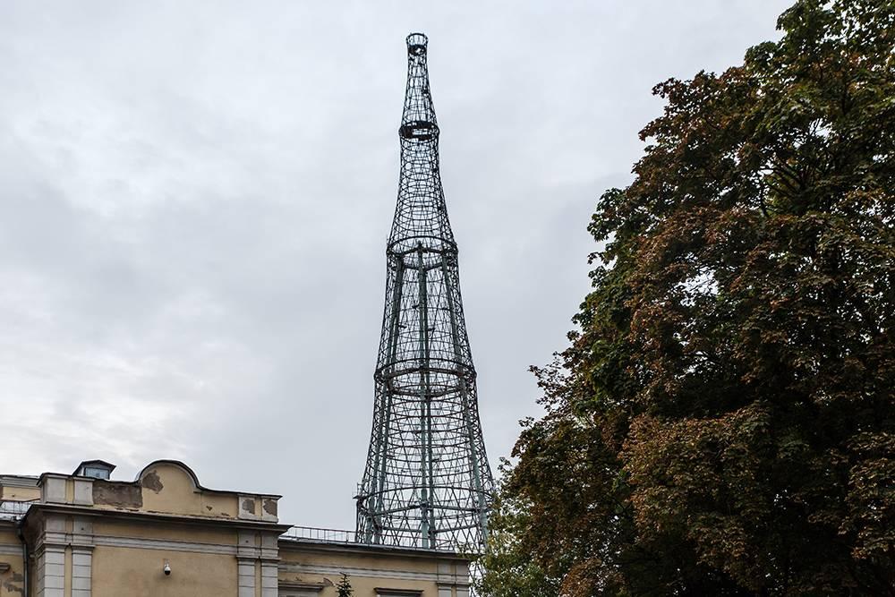 Подойти вплотную к башне не получится, но можно найти достаточно открытую позицию, чтобы оценить чистые линии и сложную форму
