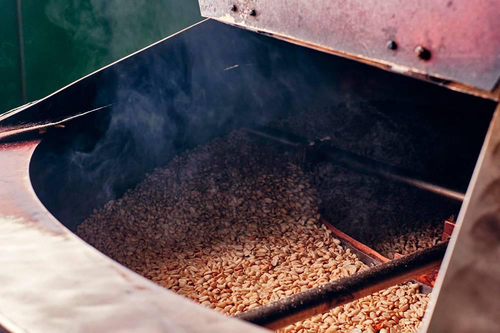 Печь рассчитана на 50 кг орехов. Для жарки масло не нужно, потому что оно и так выделяется из орехов