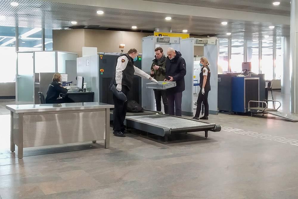 Сотрудники САБ осматривают и досматривают вещи и пассажиров только в перчатках