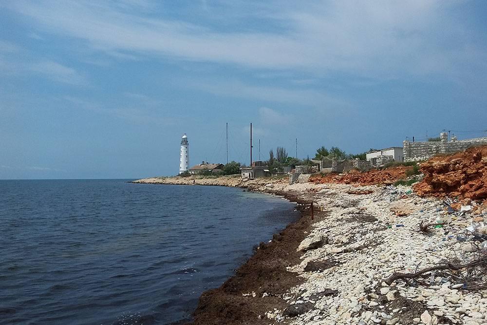 В Севастополе есть еще один Херсонес — мыс с таким названием. Там есть необустроенный дикий пляж. Заходить в воду некомфортно: в одних местах очень скользкие камни, в других — острые