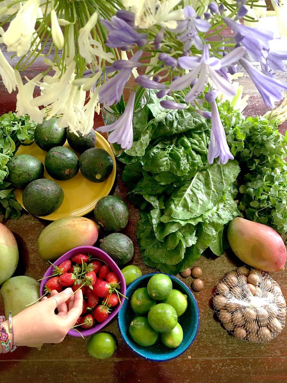 Авокадо, лаймы, манго, клубника, зелень и орехи макадамия. Все это мы купили на рынке за 400<span class=ruble>Р</span>