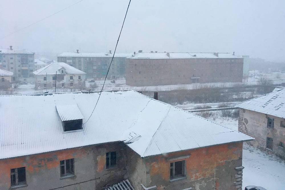 Я сделал это фото из окна своего дома 1июня 2021года, когда писал эту статью. За окном до сих пор снег
