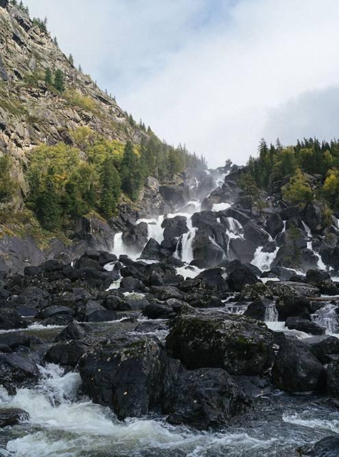 Поток водопада очень сильный