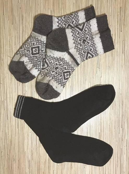 Хлопковые черные носки меняю каждый день. Вбольших шерстяных носках сплю илинадеваю ихповерх хлопковых, если наулице очень холодно