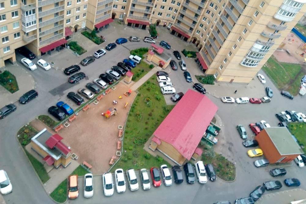 Я живу в 27-этажном доме в спальном районе Санкт-Петербурга. Парковаться у дома сложно. Машины бросают на любом свободном пятачке — иногда из-за них не может проехать мусоровоз. Зимой все ухудшается: люди оставляют свои машины бездвижения на все время, пока лежит снег