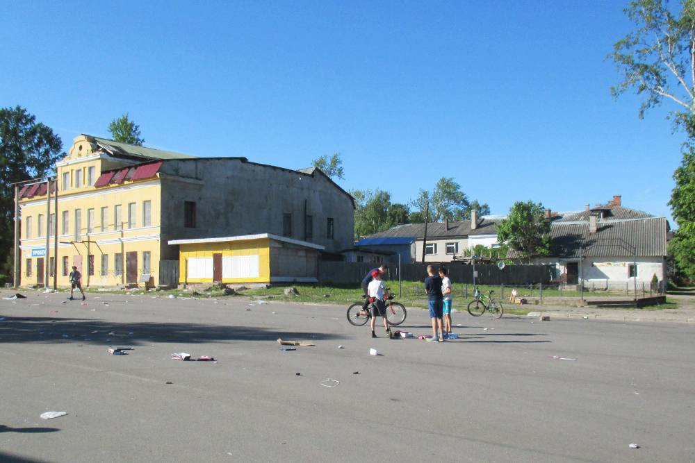 На площади перед набережной Волхова по субботам проводят ярмарку. Когда мы приехали, она уже закончилась, и вся площадь была усеяна мусором, который никто не убирал. Дети играют прямо посреди отходов