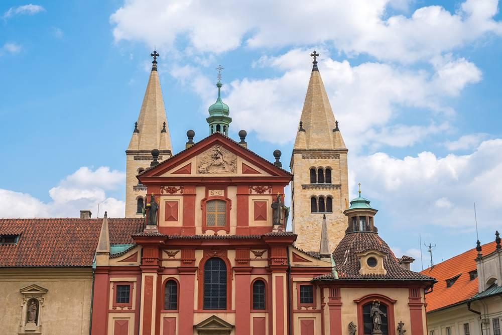 После пожара в 1142 году с восточной стороны церкви построили башни «Адам» и «Ева». Источник:k_samurkas / Shutterstock