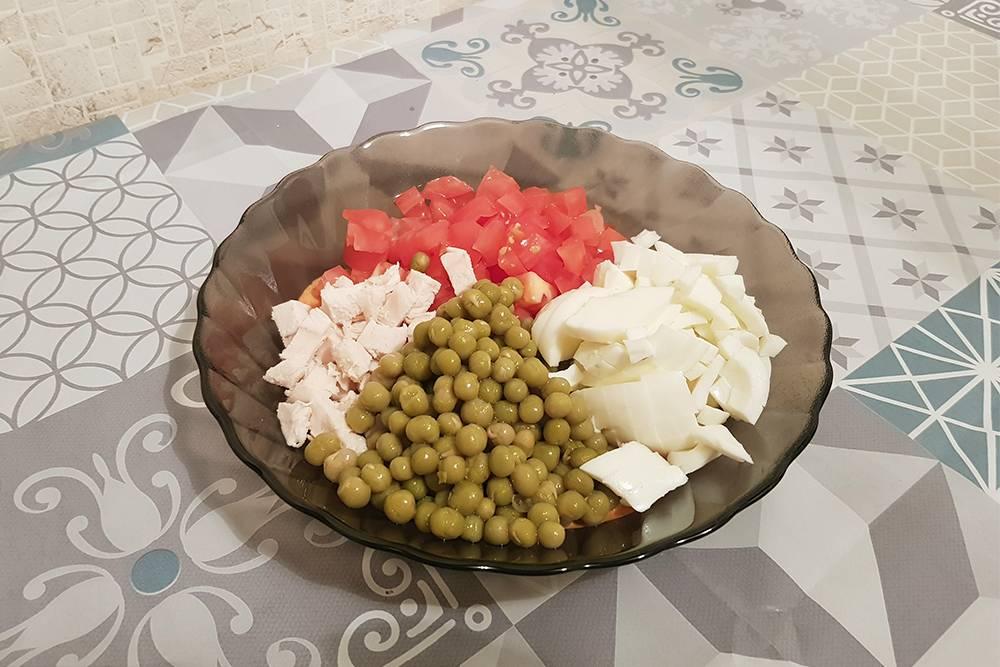 Мой ужин не сильно различается день ото дня. Сегодня это отварная курица, зеленый горошек, помидор и яйцо с заправкой из сметаны и острой перечной пасты