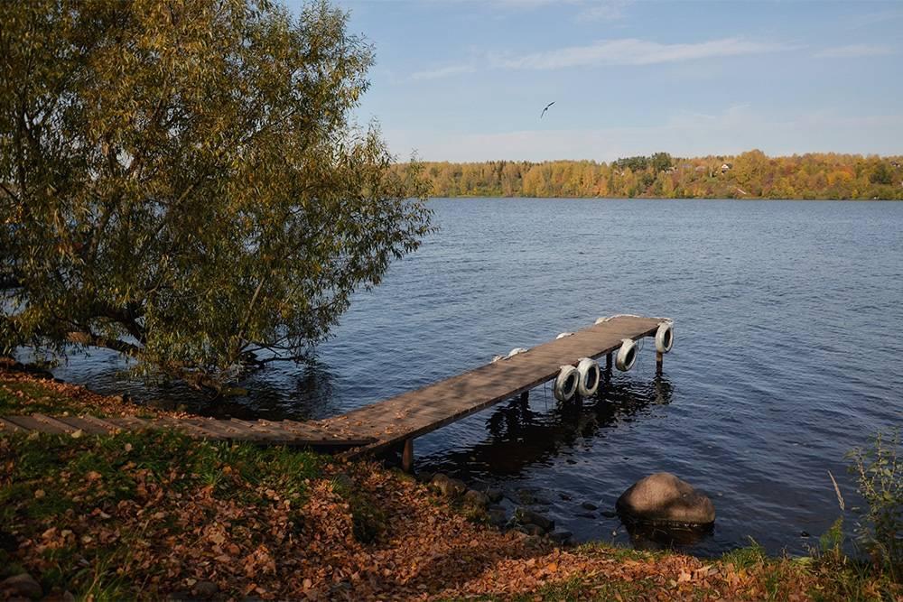 Вдоль реки много причалов длялодок и катеров местных жителей