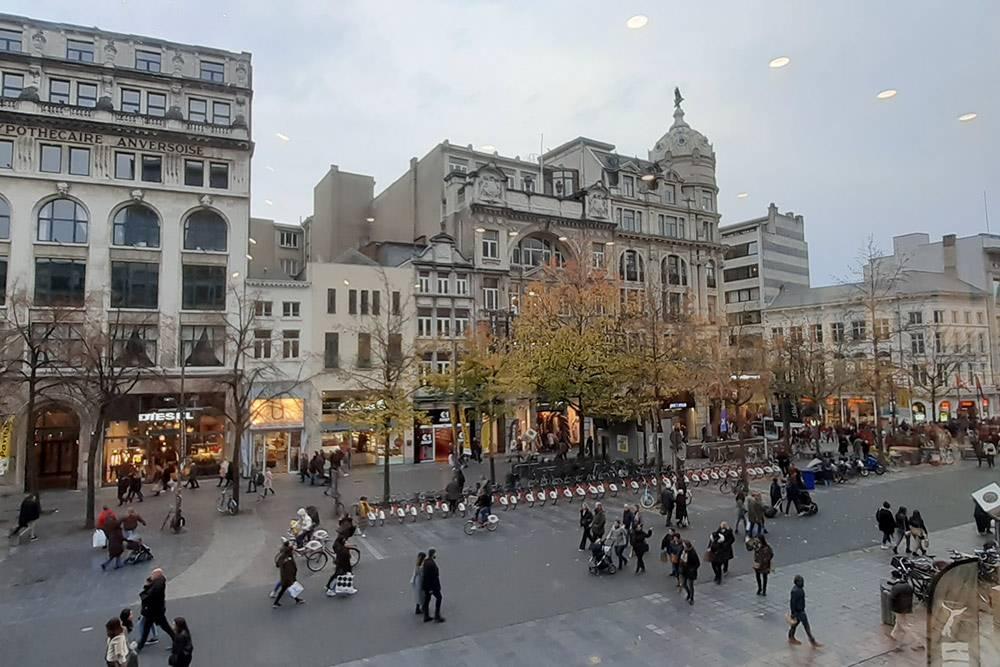 Это главная торговая улица Мейр в Антверпене