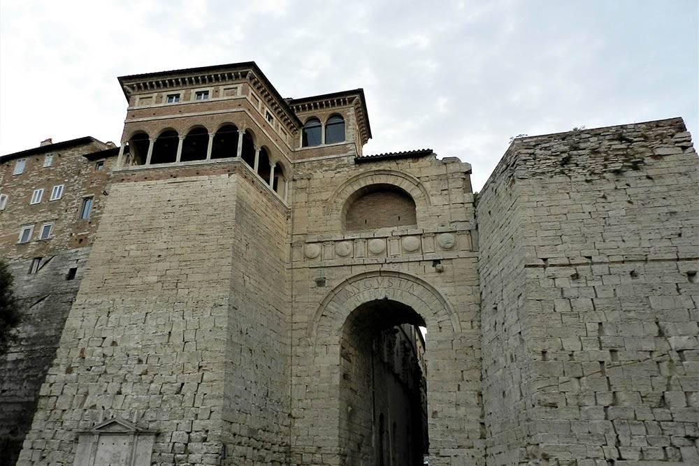 Город основали древние этруски. Они создали цивилизацию, которая предшествовала римской. Некоторые перуджинцы даже называют себя не итальянцами, а этрусками. В городе сохранились элементы их архитектуры. Например, этой арке больше 2000 лет