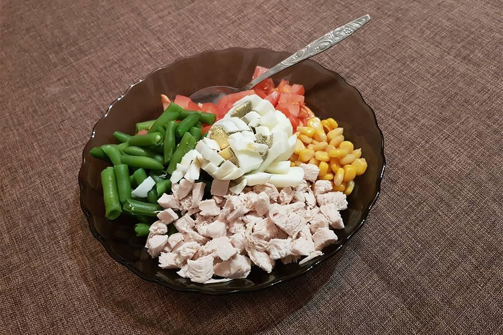 Меняю горошек на кукурузу, добавляю стручковую фасоль — и вот уже практически новый салат