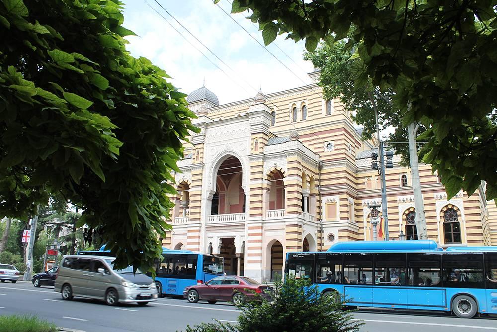 Автобусы в Тбилиси. Такие же я видел в Израиле