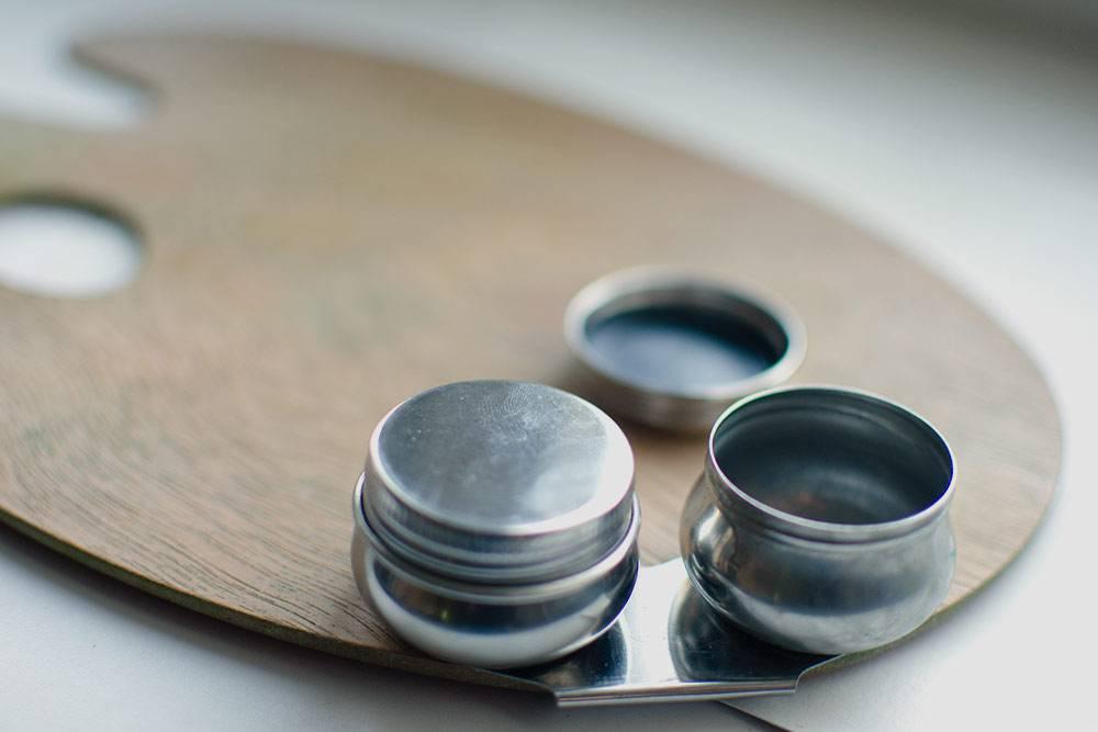 А так выглядит специальная масленка длямасляных красок. Такой удобно пользоваться, потомучто она надежно крепится к палитре и плотно закрывается — можно хранить в ней остатки разбавителя