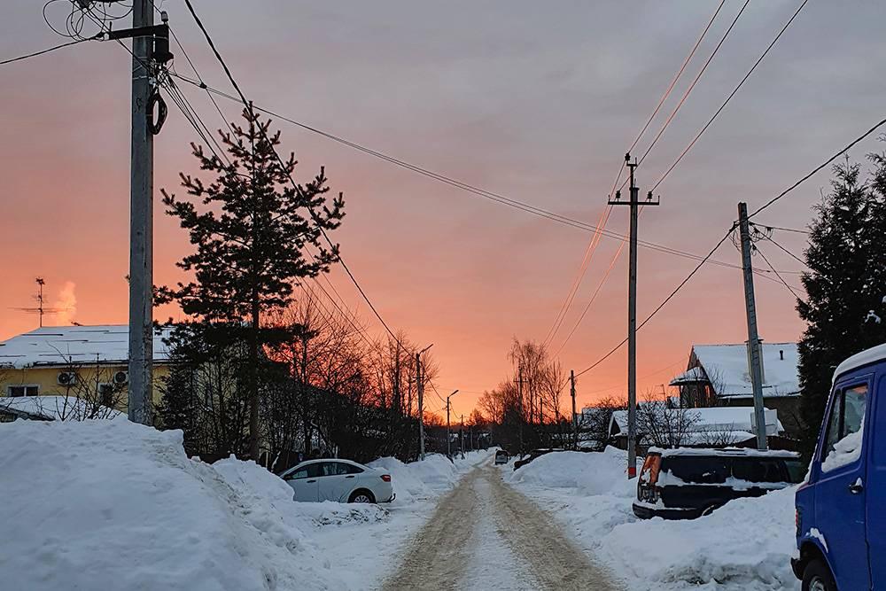 Прекрасный рассвет по дороге к станции. Солнце красиво подсвечивает провода