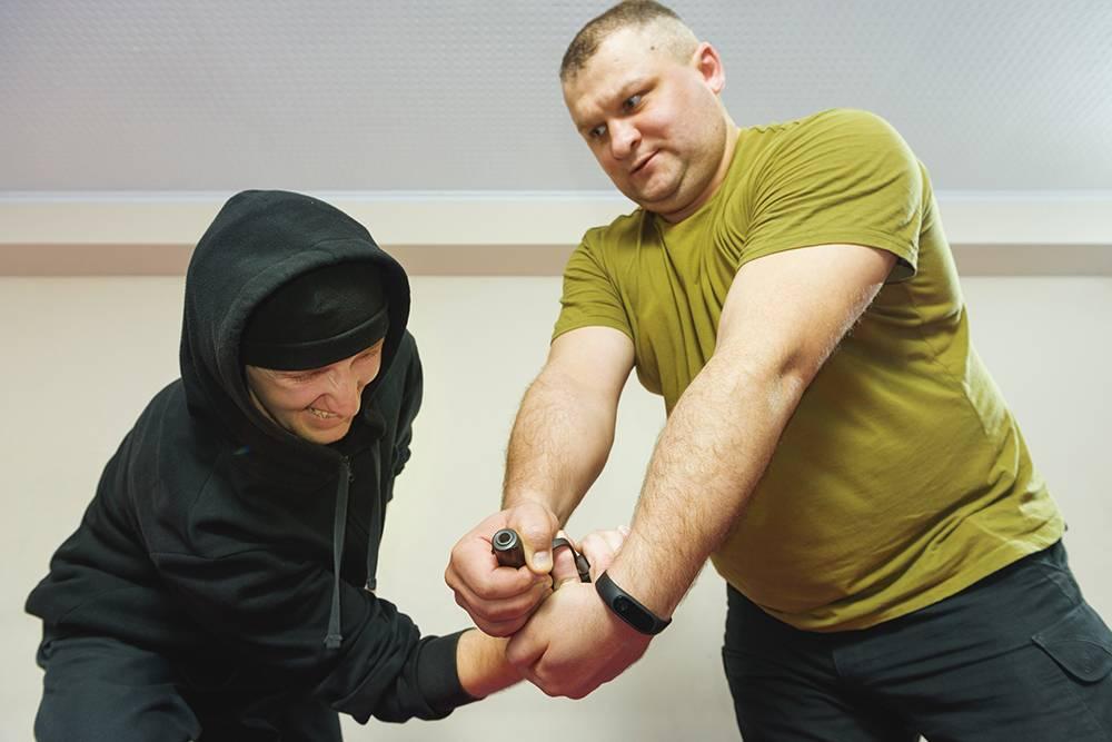 Постепенно выкручивает оружие и руки преступника