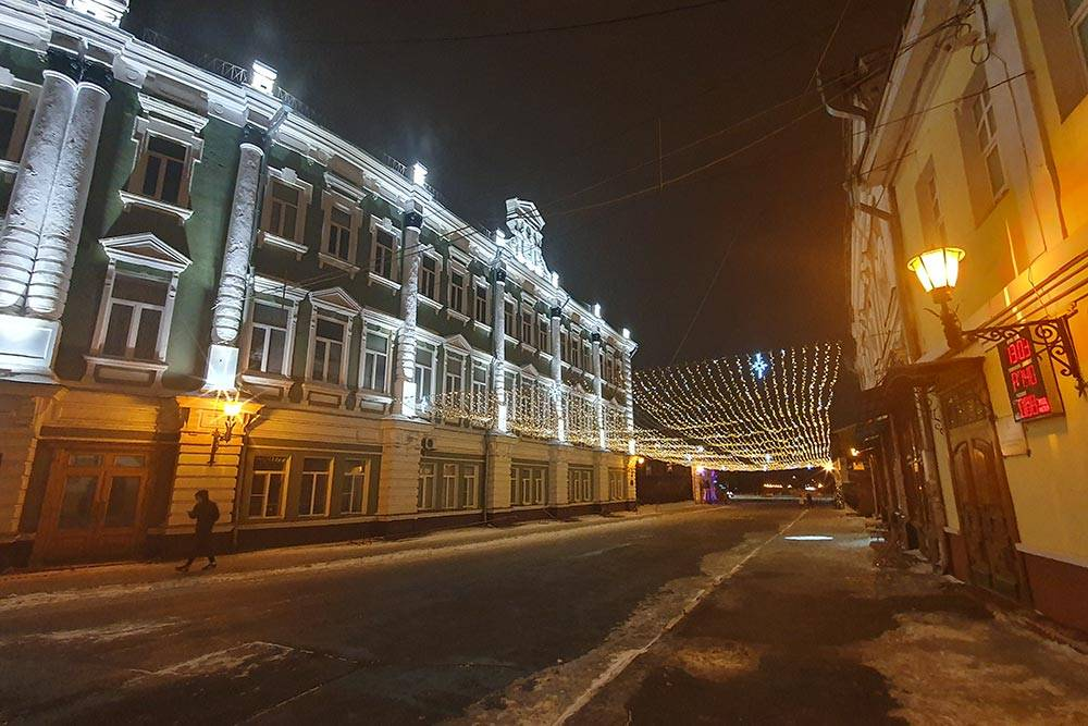 Так выглядит улица ночью. Каменный мост был построен еще в 18 веке. Сейчас это самая короткая и единственная пешеходная улица города. Фото: Иван Пугач