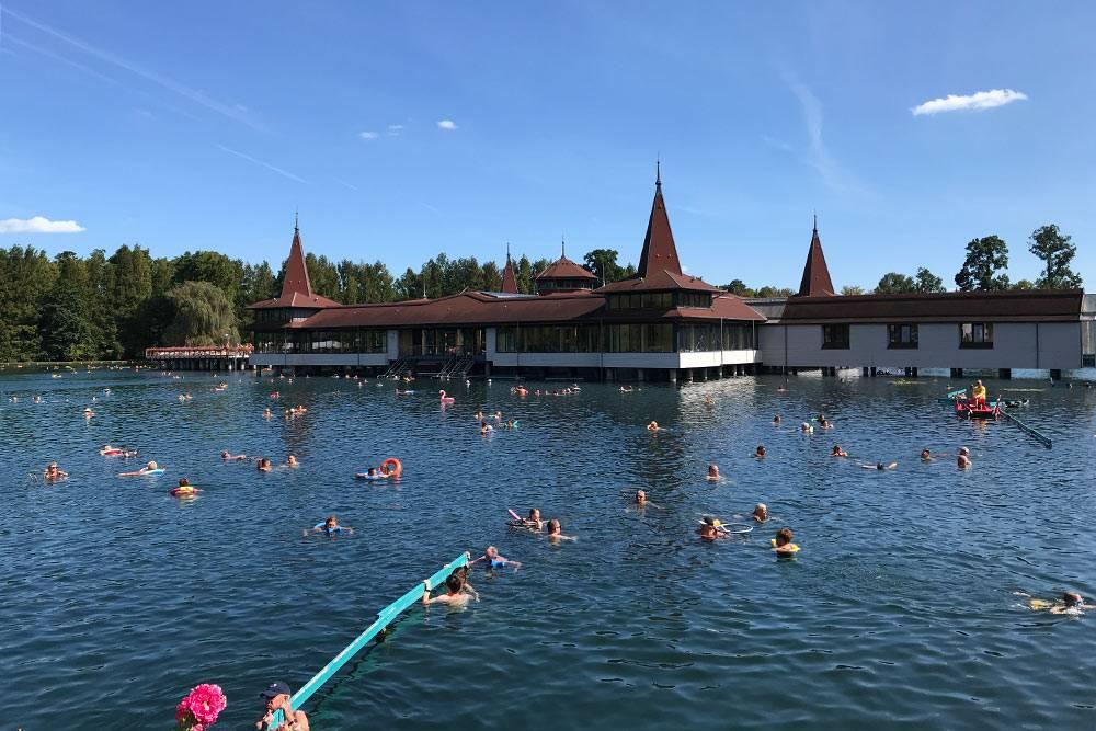 Посетители озера держатся вводе затакие голубые перила илиплавают вкругах. Круг можно арендовать наместе или принести свой