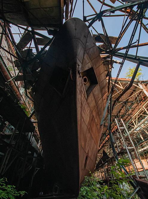 Заброшенные корабли в цеху судостроительного завода