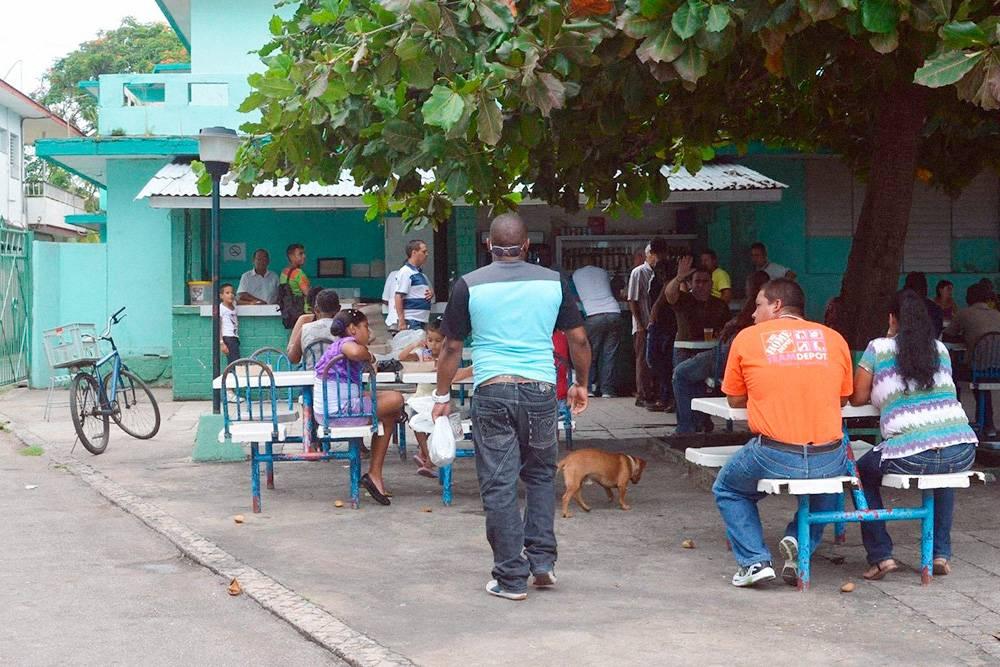 В некоторых кафе столики расположены только на улице