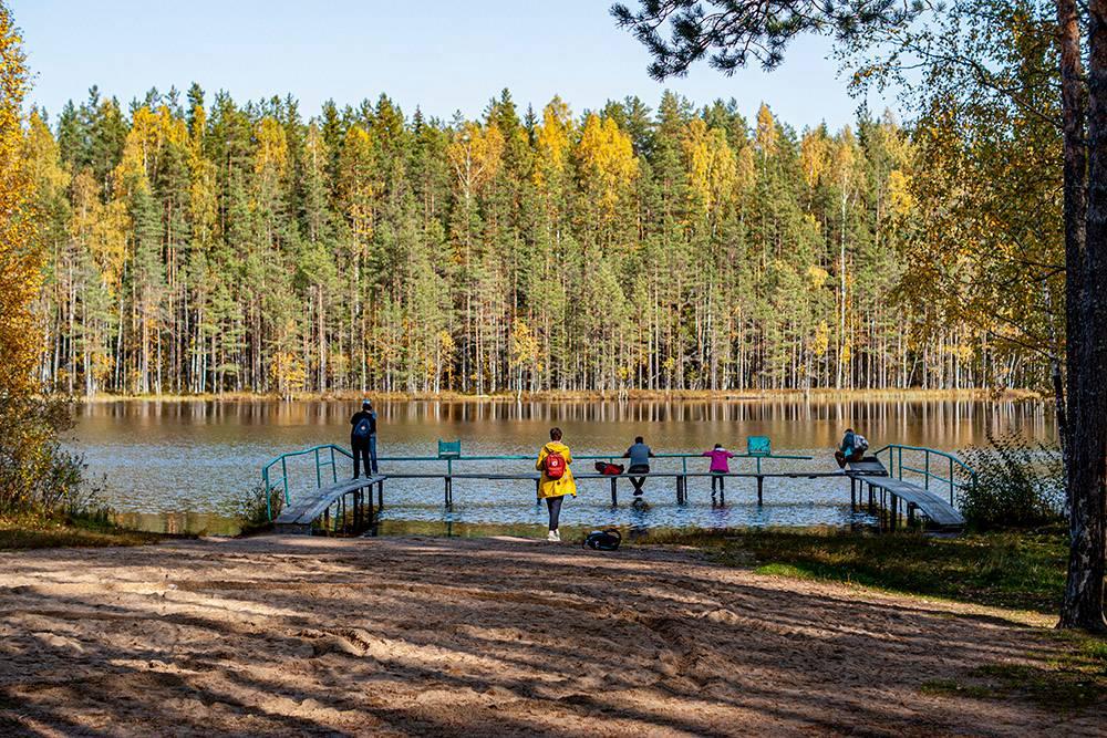 Немногочисленный народ на Лебяжьем озере наслаждается тишиной